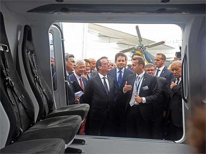 Tổng thống Hollande đang hào hứng lắng nghe lời giới thiệu từ vị giám đốc điều hành của hãng máy bay trực thăng Airbus, ông Guillaume Faury.