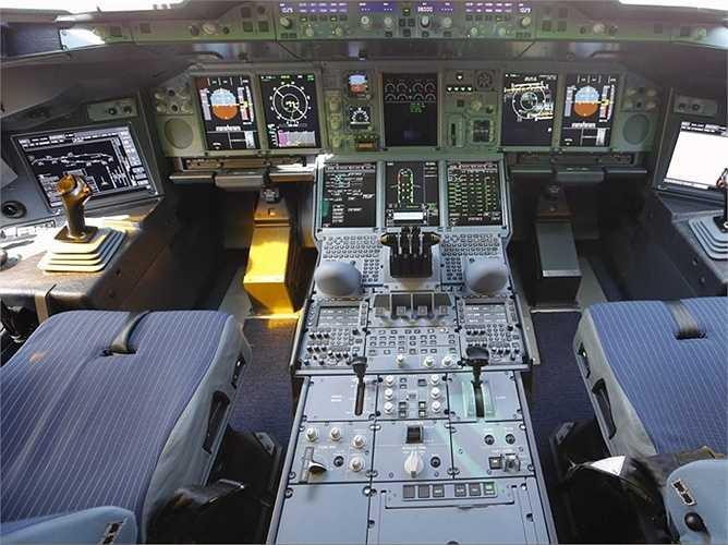 Bên trong khoang lái của chiếc Airbus A380 thuộc sở hữu của hãng hàng không Qatar Airways.