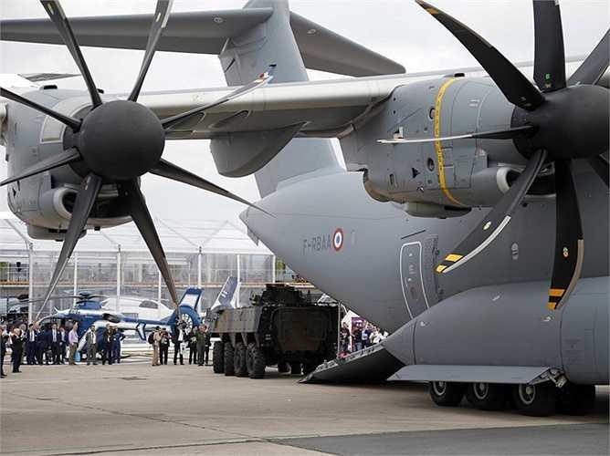 Khách tham quan có thể nhìn tận mắt bụng của chiếc máy bay vận tải quân sự khổng lồ Airbus A400M.