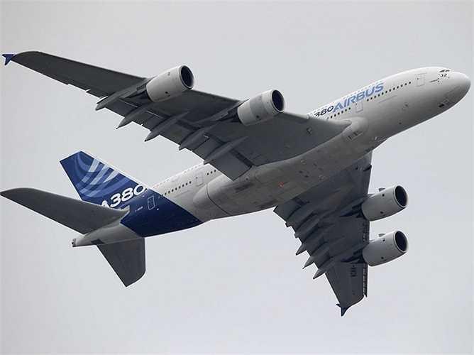 Màn trình diễn của chiếc máy bay Airbus A380 - chiếc máy bay phản lực thương mại lớn nhất trong lịch sử của ngành hàng không.