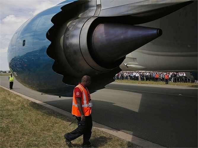 Phần động cơ đồ sộ của chiếc Boeing 787 khiến cho nhân viên kiểm tra an toàn đứng cạnh trở nên cực kỳ nhỏ bé.
