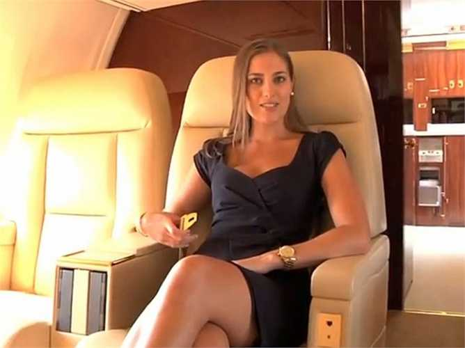 Trên máy bay này, nội thất được thiết kế riêng, thậm chí dây an toàn được dát vàng