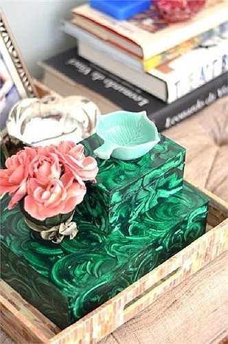 Hộp đựng sáng tạo  Với một chút hoa tay và trí tưởng tượng, chủ nhân của căn phòng sau đã biến hóa những chiếc hộp giấy thành hộp đựng ấn tượng. Không chỉ có tác dụng thẩm mỹ, chiếc hộp còn là nơi đựng đồ cực kỳ tiện lợi.