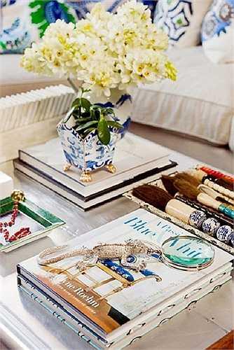 Dùng đồ cá nhân  Nếu bạn có nhiều chổi vẽ hoặc những chiếc vòng xinh đẹp, đừng vội để chúng trong những chiếc hộp kín mít mà hãy xếp thật khéo trên bàn phòng khách. Vật dụng cá nhân sẽ là đồ trang trí hoàn hảo thêm dấu ấn của bạn cho chiếc bàn.