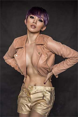 Nữ ca sỹ 'thả rông' khoe vòng một táo bạo trong nhiều shoot ảnh.