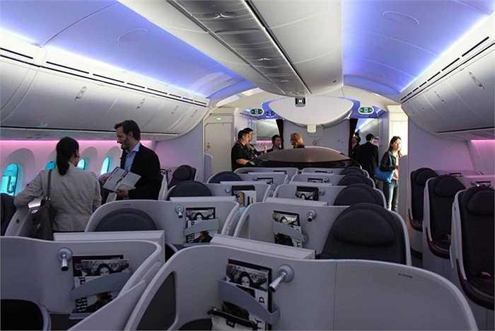 Trên máy bay này không có khoang hạng nhất, lối vào dẫn đến khu vực ghế dành cho doanh nhân với 22 vị trí