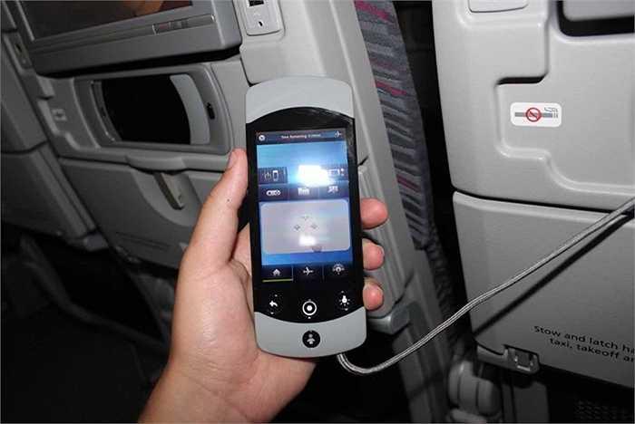 Hãng còn trang bị cả điều khiển từ xa cho hành khách điều khiển màn hình tivi khi chuyển kênh