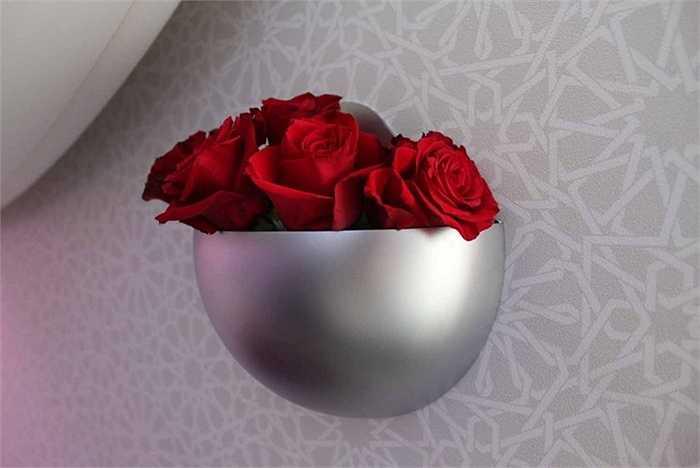 Bình hoa gắn tường xinh tươi tạo điểm nhấn cho không gian máy bay