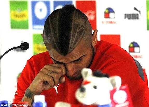Vidal khóc trong buổi họp báo thông tin vụ việc.