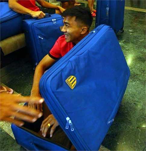 Trước đó, các fan hâm mộ của anh còn nhận được một trận cười vỡ bụng khi anh chui vào vali.