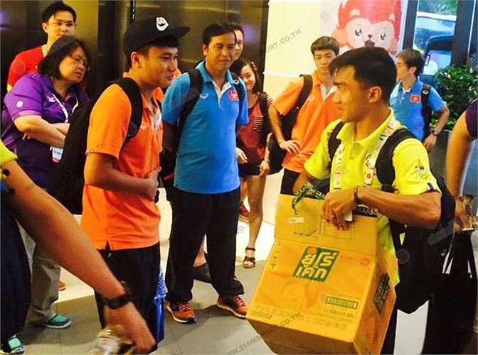 Chanathip đi qua các cầu thủ U23 Việt Nam ở phòng chờ trước khi vào nhận giải.