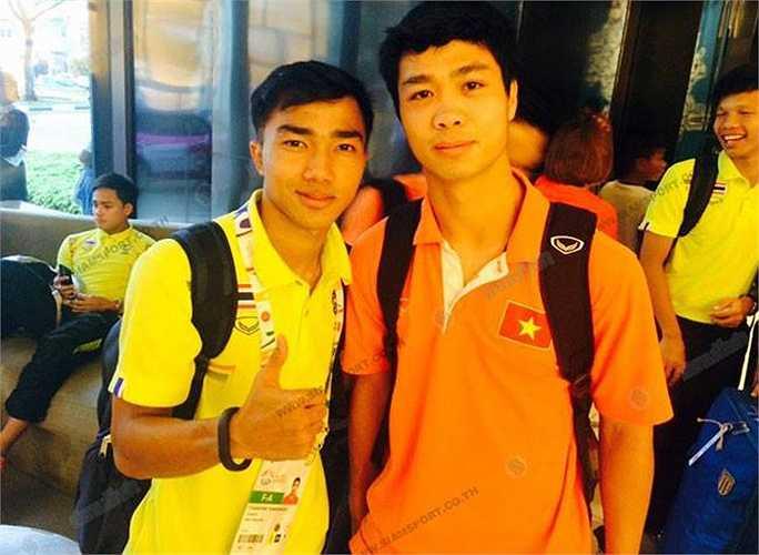 Chanathip chụp ảnh kỷ niệm với Công Phượng của U23 Việt Nam.