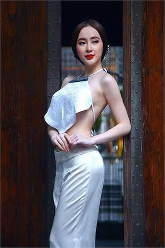 Là một diễn viên, ca sỹ nhưng cô có số đo chuẩn không thua người mẫu với chỉ số 3 vòng: 84 - 58 - 93.