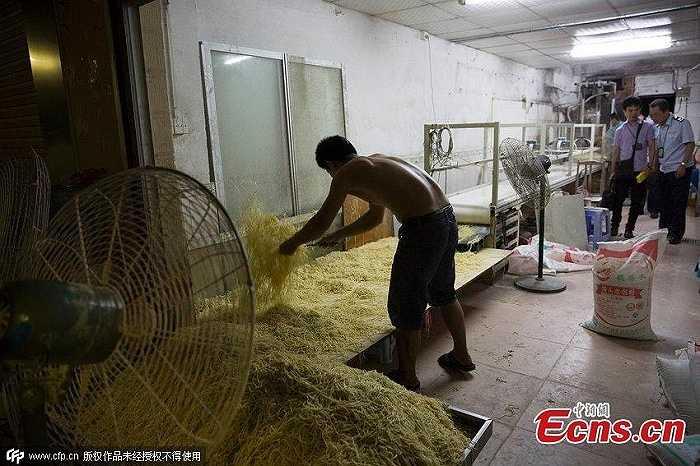Có người còn cởi trần, khiến mồ hôi thi nhau rơi xuống lớp mì đang hong khô. Tuy nhiên, ông Shi, chủ cơ sở trên cho biết, nhiều xưởng làm mì khác, công nhân cũng không đeo găng hay đội mũ.