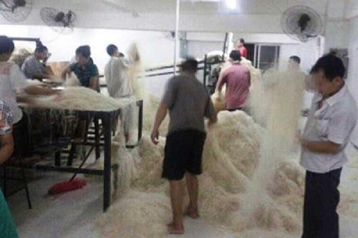 Theo tiết lộ của ông Shi, ngoài việc sản xuất trong điều kiện mất vệ sinh, nhiều nơi còn dùng hóa chất độc hại để tạo màu và giữ mì được lâu.