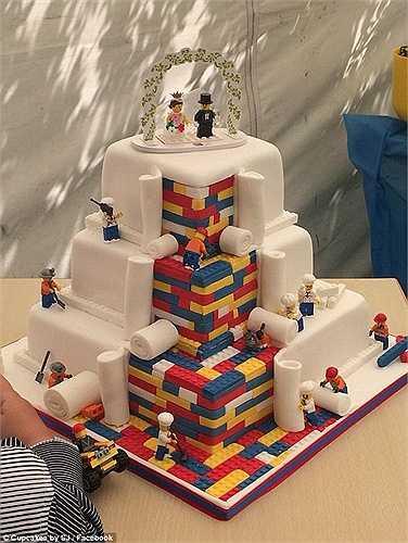 Tiệm bánh Cupcakes by SJ ở Tây Nam London bỗng chốc trở nên nổi tiếng khi họ đăng bức ảnh chụp chiếc bánh cưới 3 tầng chủ đề Lego trên trang cá nhân. Hiện đã có hơn 145.000 lượt like và 71.000 lượt chia sẻ cho tác phẩm tuyệt đẹp này.
