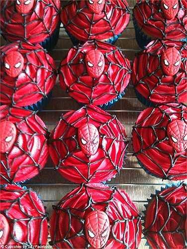 Còn đây là những chiếc bánh hình Người nhện. Trên thực tế, Cupcakes by SJ không phải là một tiệm bánh chuyên nghiệp, cũng không có cả trang bán hàng trên mạng. Họ đơn thuần làm bánh theo yêu cầu của người thân, bạn bè và bạn của bạn.