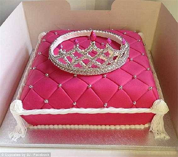 Một chiếc bánh hồng dễ thương với chiếc mũ miện đặt bên trên hẳn là món quà khiến bất cứ cô bé nào cũng ao ước.