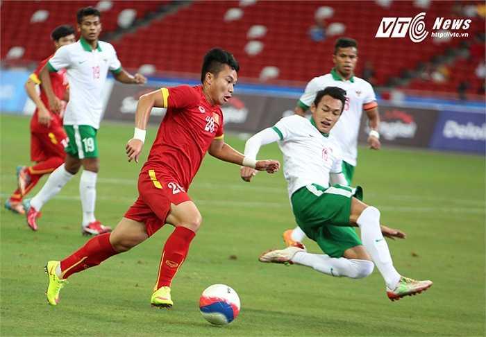 Chứng kiến những phút đầu hiệp 1, khi U23 Indonesia phòng ngự kín kẽ, rất ít người nghĩ tới kết cục tồi tệ này. (Ảnh: Phạm Thành)