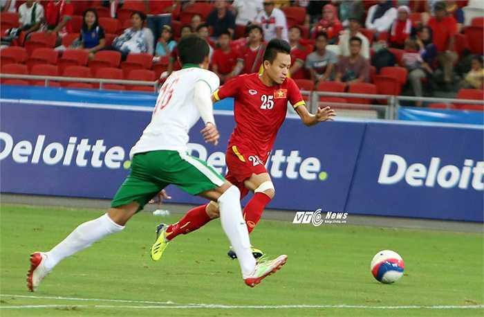 Chỉ đến khi Huy Toàn đột phá và sút bóng trúng tay hậu vệ U23 Indonesia, mọi chuyện mới thay đổi. (Ảnh: Phạm Thành)