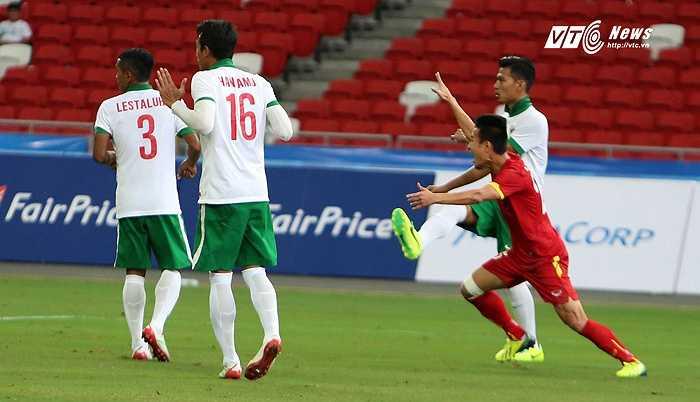 Trọng tài cho U23 Việt Nam hưởng 11m. (Ảnh: Phạm Thành)