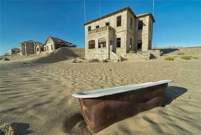 Thành phố Kolmanskop ở phía Nam của Namibia từng đông đúc với những người khai thác kim cương nhưng từ khi họ rời khỏi đây, cả thành phố chìm trong hoang vắng và cát bao phủ