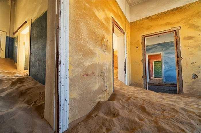 Sự hoang vắng không khiến nhiều người e ngại mà những người khám phá tìm đến đây để ngắm những ngôi nhà với cát bao phủ