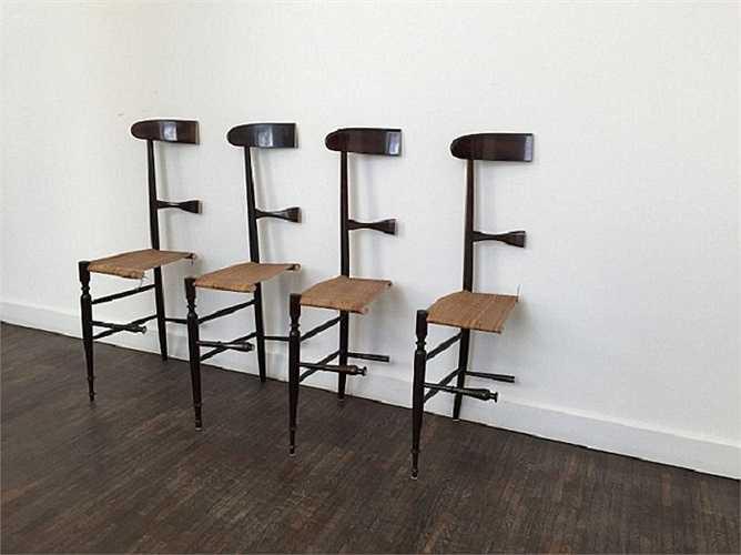 4 chiếc ghế phải tựa vào tường mới có thể đứng