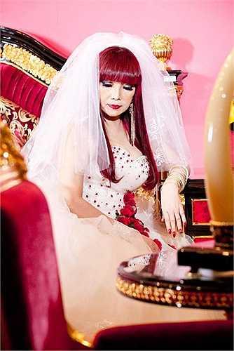 Nữ ca sĩ ngay lập tức sánh vai cùng các danh ca đương thời, trở thành nữ hoàng sân khấu của nền tân nhạc Việt Nam sau năm 75.