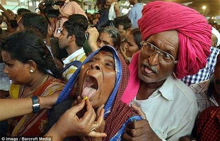 Cứ vào tháng 6 hàng năm, những người bị bệnh hen suyễn lại kéo về thành phố Hyderabad nằm ở phía nam Andhra Pradesh, Ấn Độ để nuốt những con cá sống nhỏ và một loại bột đặc biệt được làm từ thảo mộc.
