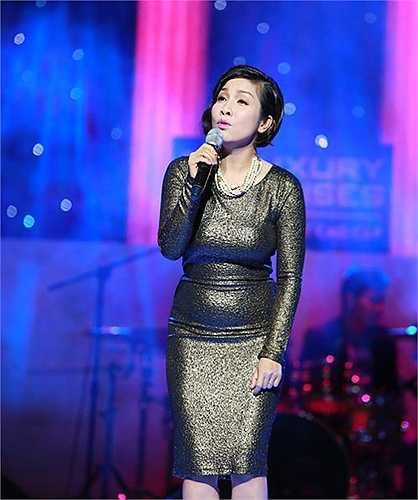 Diva Mỹ Linh lộ nhược điểm vòng 2 tròn trịa do chọn đầm bó chất liệu bắt sáng để xuất hiện trên sân khấu đêm nhạc Ru tình tại Hà Nội.