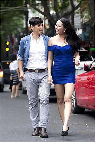 Phi Thanh Vân tự tin khoe vai trần khi xuống phố trong bộ váy trễ nải. Tuy nhiên, chất liệu co giãn và thiết kế bó sát đã 'tố cáo' vòng 2 tròn trịa của cô.