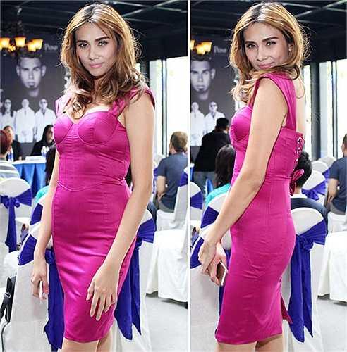 Hoàng Yến mắc sai lầm trong việc chọn mẫu váy ôm sát với thân trên dáng corset sexy. Khi cô đứng nghiêng người tạo dáng, nhược điểm phần eo đẫy đà càng lộ rõ hơn trước ống kính.