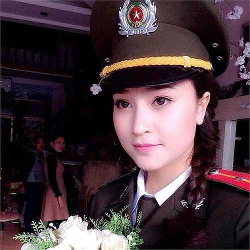 Đậu Thùy An (sinh năm 1994) được đông đảo cộng đồng mạng biết đến qua tên An Bon cùng hình ảnh nữ công an xinh đẹp. Facebook của 9X này thu hút trên 26.000 người theo dõi.