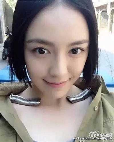 Một cô gái thậm chí còn đăng ảnh chụp với hai vốc tiền xu đậu trên hai bên xương đòn của mình.