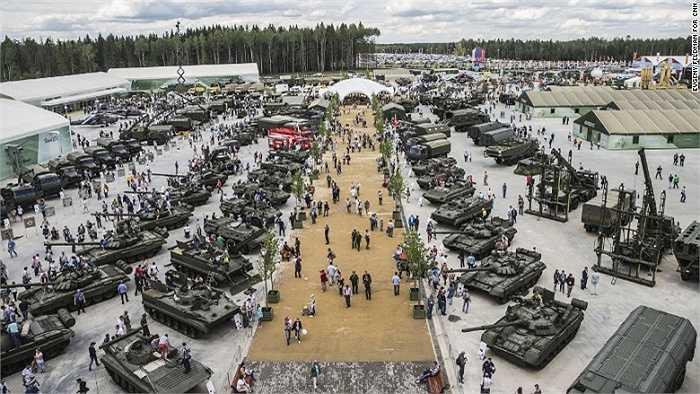Một góc công viên với nhiều loại phương tiện quân sự và vũ khí được trưng bày