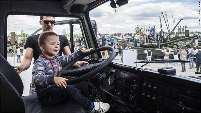 Cậu bé vào hẳn bên trong chiếc xe quân sự