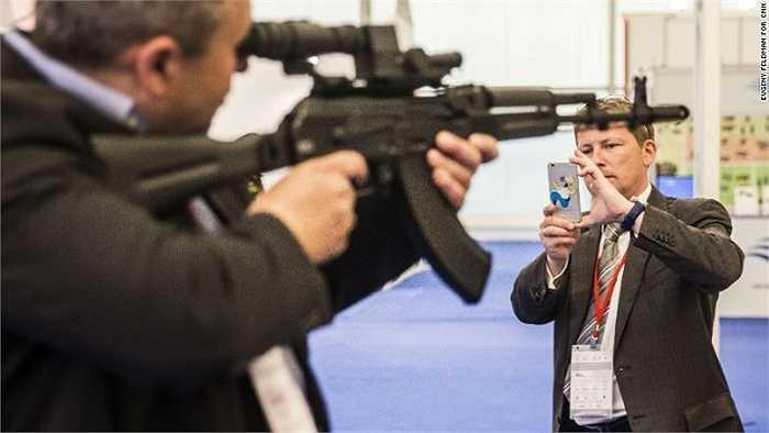 Người đàn ông chụp ảnh với súng trường