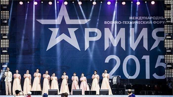 Các nghệ sĩ hát bài hát thể hiện lòng yêu nước trên sân khấu