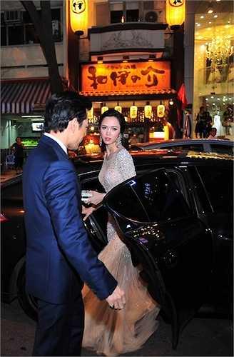Tối qua (18/6), Trần Bảo Sơn đã 'tháp tùng' Vũ Ngọc Anh đến buổi ra mắt phim 'Quyên'. Anh rất ga lăng, mở cửa xe cho người đẹp.