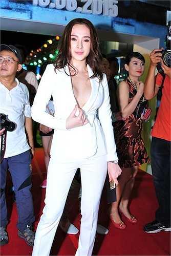 Angela Phương Trinh diện vest táo bạo.