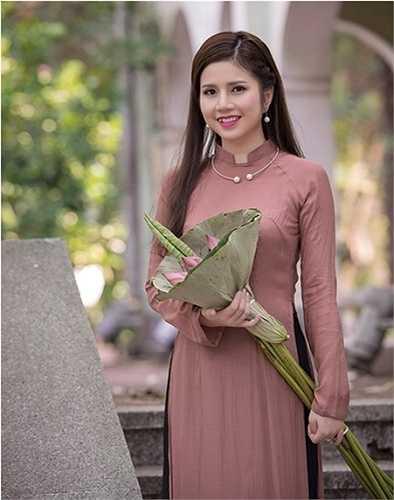 Vũ Ngọc Quỳnh - nữ tiếp viên hàng không mang hai dòng máu Việt Nam và Ấn Độ vừa đăng bộ ảnh áo dài bên hoa sen khiến dân mạng trầm trồ khen ngợi