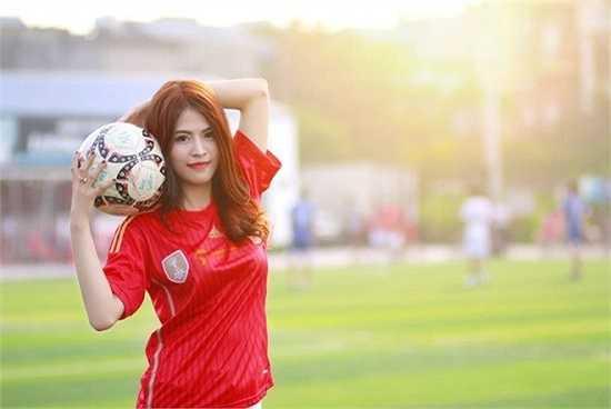 Lê Cẩm Vân (sinh năm 1991) là giáo viên trường Tiểu học Nam Đồng (Nam Trực, Nam Định). Cô từng được cộng đồng mạng biết đến qua những bài văn học sinh miêu tả như siêu mẫu.