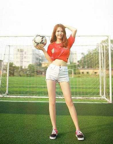 Mới đây, Cẩm Vân thực hiện bộ ảnh 'Tôi yêu bóng đá' nhằm thể hiện niềm đam mê với môn thể thao vua.