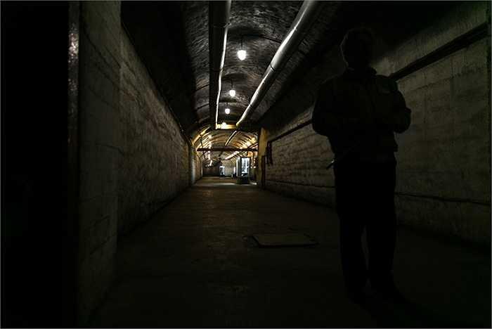 Những hành lang rộng thênh thang bên trong căn cứ