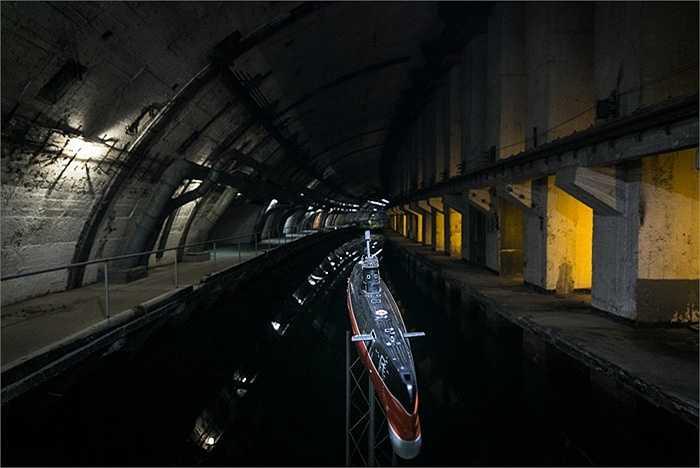 Đường đi của tàu ngầm bên trong căn cứ
