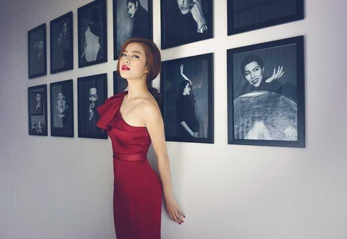 Nữ ca sỹ hờ hững vai trần, eo thon gợi cảm hết cỡ.