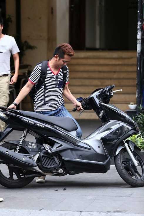 Nam diễn viên sinh năm 1983 vẫn trung thành với xe gắn máy nhiều năm qua. Vai diễn bé An của Đất Phương Nam quá thành công khiến anh rất vất vả để vượt qua. Dù đóng phim và ca hát nhưng anh vẫn chưa gặp nhiều may mắn.