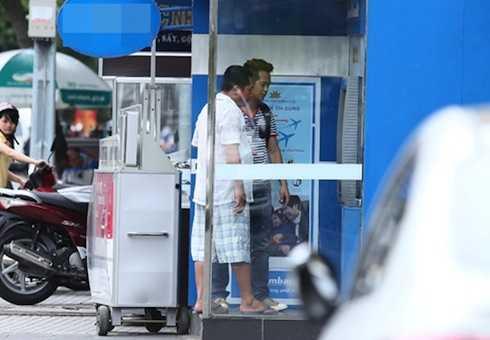 Hùng Thuận đưa Phùng Ngọc đi làm thẻ ngân hàng và chỉ cho bạn cách sử dụng.