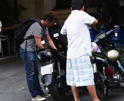 Anh cảm thấy xúc động khi gặp lại Hùng Thuận và được người bạn lâu năm giúp đỡ nhiệt tình. Sáng nay anh đã chạy xe gắn máy lên Sài Gòn để gặp 'thằng An'.